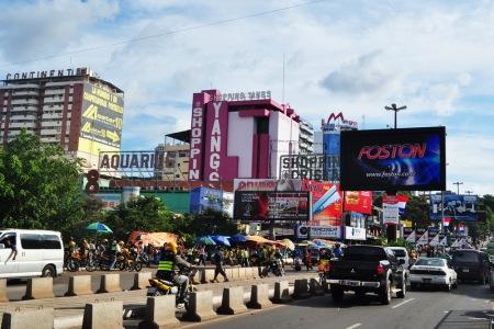 Centra handlowe wypchane elektroniką wyrastają bezpośrednio na granicy