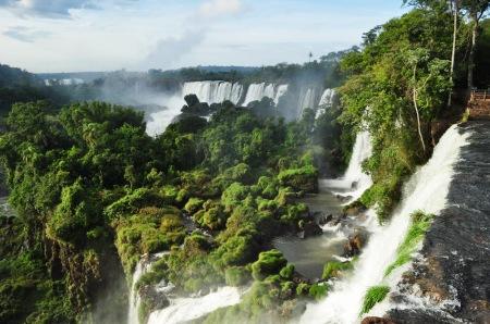 Wodospady Iguazú. Daleko w tle buchający jak z wulkanu dym to niewątpliwy znak, że tam czai się Gardziel Diabła
