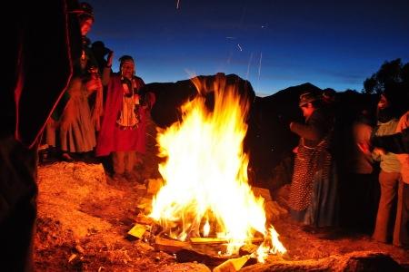 święty ogień pochłania kolejne artefakty, aby zapewnić pomyślność w Nowym Roku