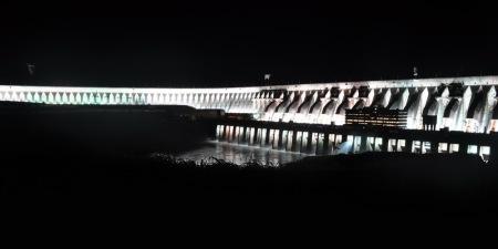 Zapora Itaipu ładnie prezentuje się wyłącznie w nocy