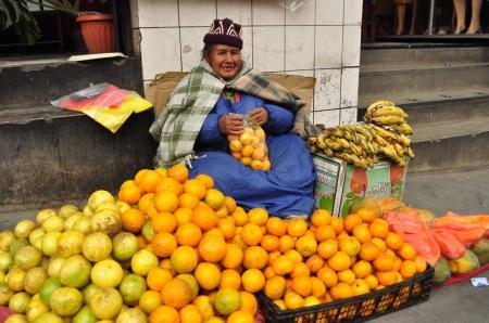 - Dzień dobry. A po ile te pomarańcze, mamita? - Witam, kochaniutki. A po 2 zł za 25 sztuk. - ??!!!