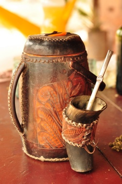 Zestaw do terere - matejka z krowiego rogu i termos powlekany skórą - niezbędnik każdego szanującego się Paragwajczyka.