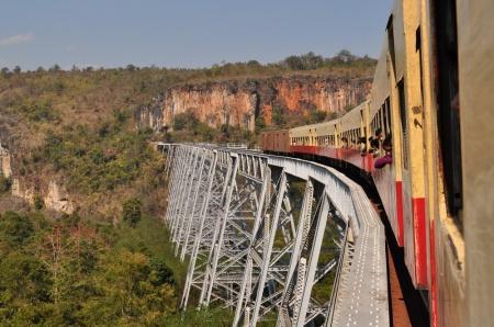 Pociąg odjeżdżający z peronu marzeń - tu akurat w wydaniu birmańskim