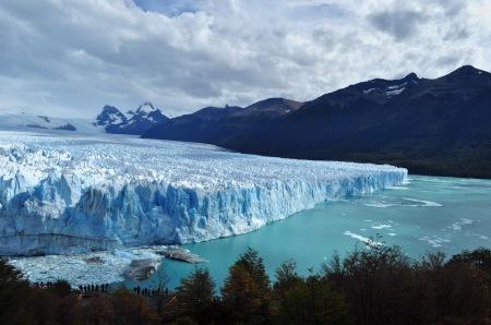 Lodowiec Perito Moreno, szeroki na 5 kilometrów i wyższy niż 20-piętrowy wieżowiec przyciąga tłumy