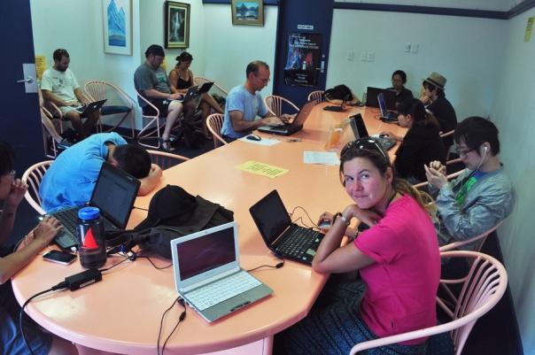 Współcześni odkrywcy podziwiają fiordy na Wyspie Południowej w Nowej Zelandii (Te Anau, Nowa Zelandia)