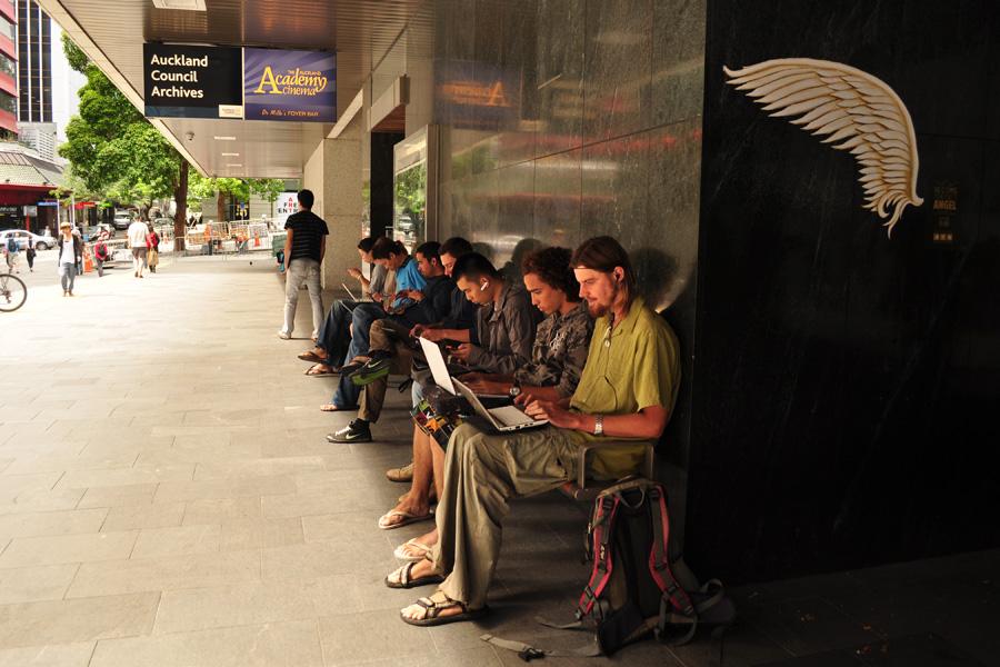 Dla turysty wszystko - nawet internet zostawiają włączony po godzinach pracy biblioteki (Auckland, Nowa Zelandia)